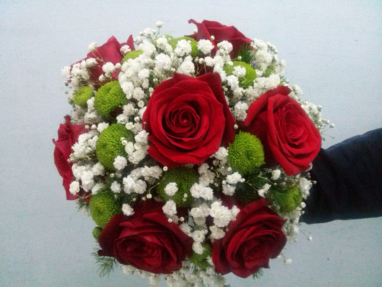 Красный букет невесты из роз и хризантем, роз это всерьез